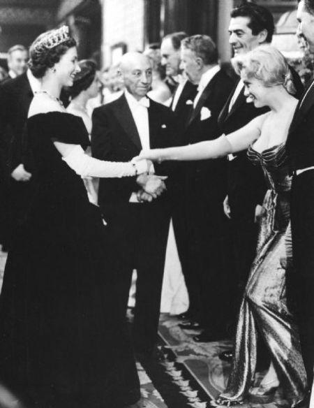 Мэрилин Монро встречается с Королевой Елизаветой II, Лондон, 1956