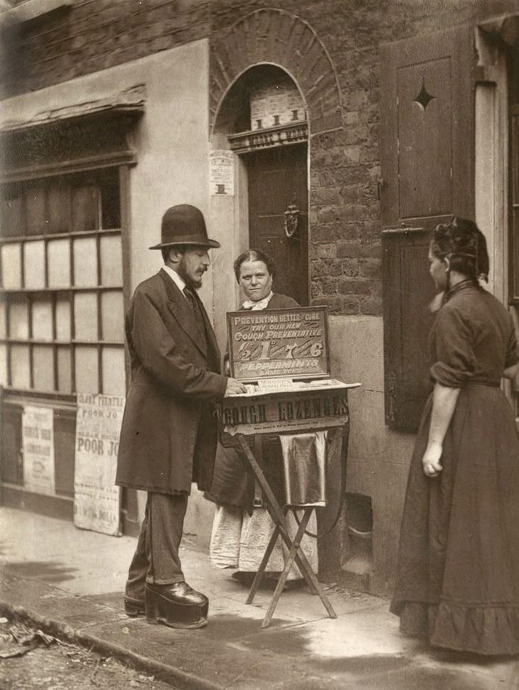 """Уличный Доктор - """"продавцы таблеток, микстур и лекарственных средств не так многочисленны, как они были в прежние годы. Растущее число свободных больниц, где бедные могут консультироваться с квалифицированными врачами, имело тенденцию охватывать этот класс уличных людей Лондона."""""""