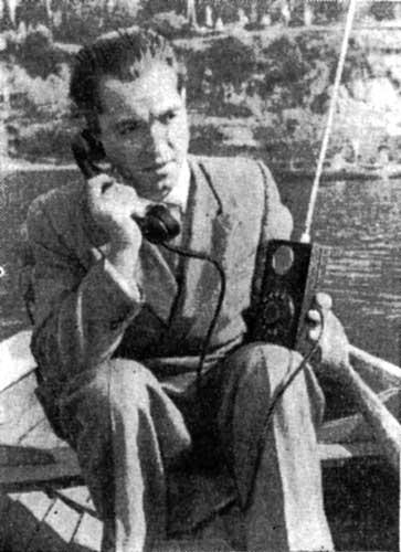 """Инженер Леонид Куприянович демонстрирует возможности мобильного телефона. """"Наука и жизнь"""", 10, 1958 год."""
