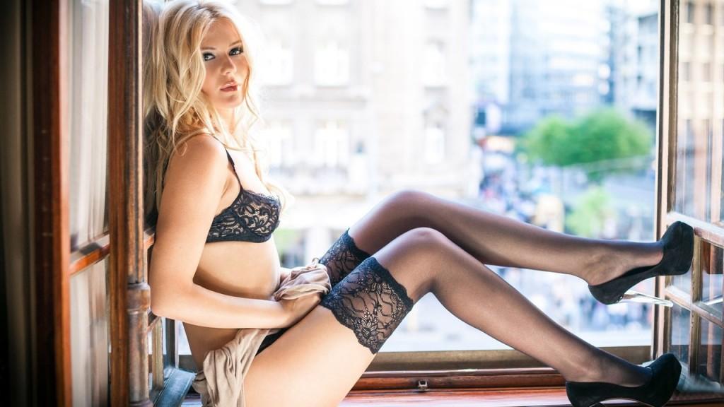 фото блондинка в чулках