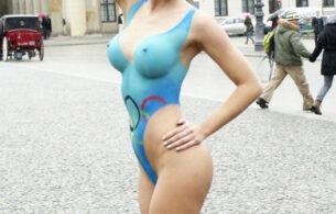 Микаэла Шефер голой фотосессией поддержала Берлин