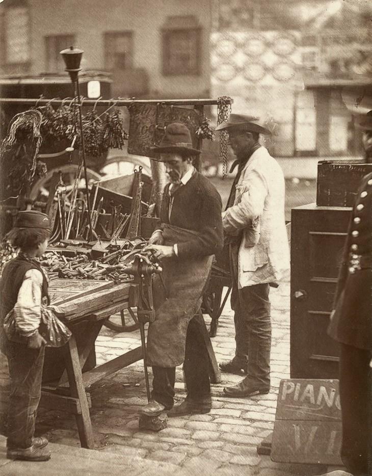 """Уличный Слесарь - """"есть несколько посвященных в этот бизнес вдоль Витечейпл-Роуд, и каждый обладает достаточным числом ключей, чтобы открыть почти каждый замок в Лондоне."""""""