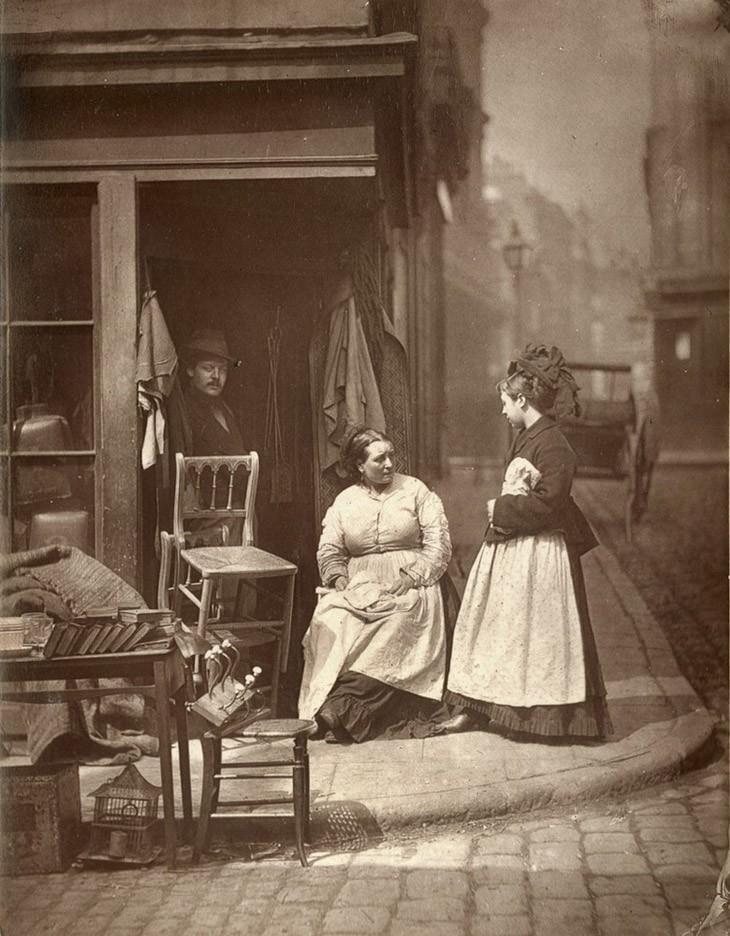 """Продавец старой мебели в Holborn – """"Как правило, продавцы подержанной мебели являются свидетелями жестокой правды жизни. Для них уже привычны сцены страдания, пьянства и недостатка, приводящие к необходимости продать или отдать мебель за долги."""""""