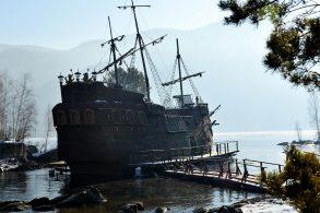 На Енисее «всплыл» корабль Джека Воробья