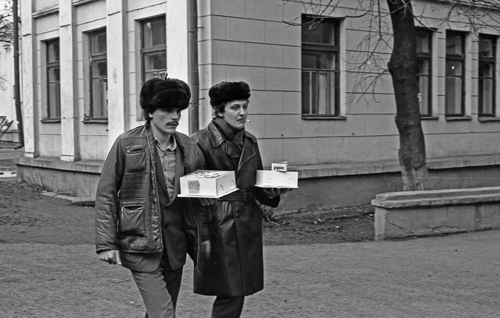 Молодой отец с приятелем у роддома №1. Новокузнецк, 1980 год