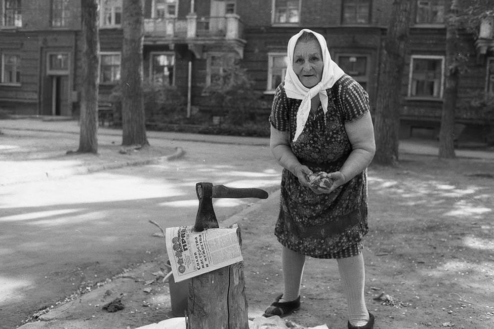 Женщина с суповым набором. Новокузнецк, 1984 год.