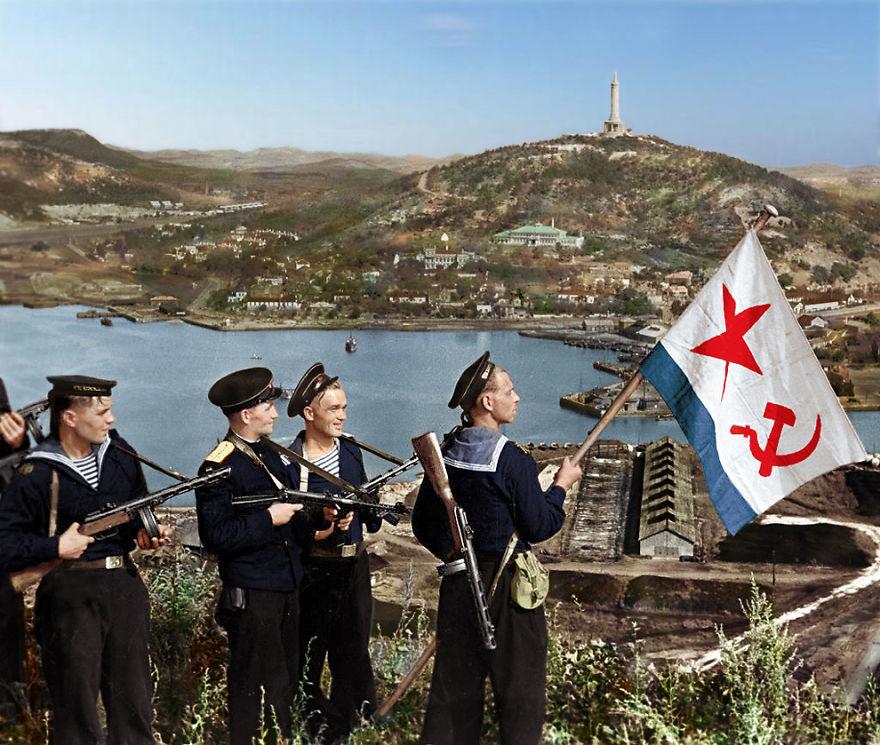 Советские моряки поднимают флаг ВМФ СССР над бухтой Порт-Артура, 1945 год время, россия, фотография, цвет