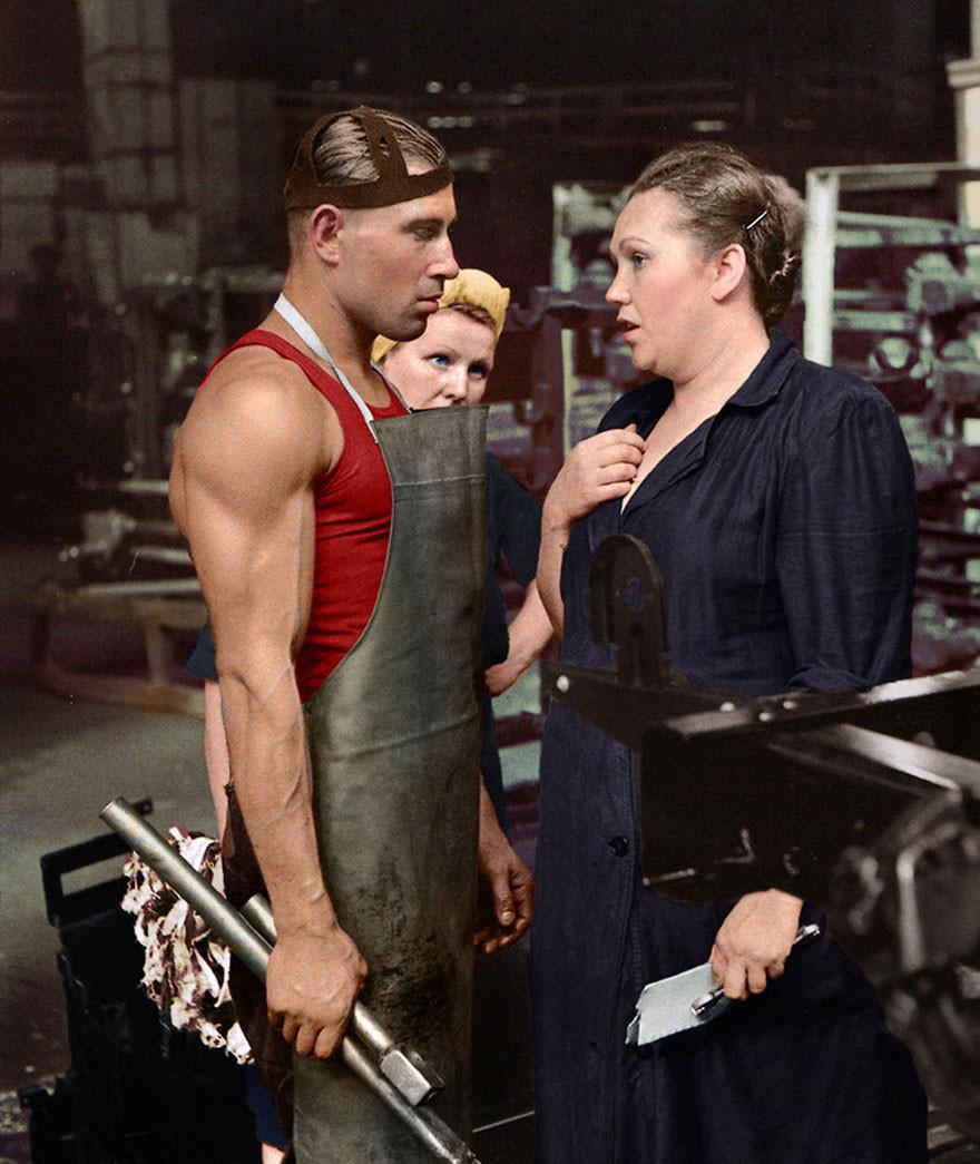 Рабочий и руководитель на автомобильном заводе, Москва, 1954 год время, россия, фотография, цвет