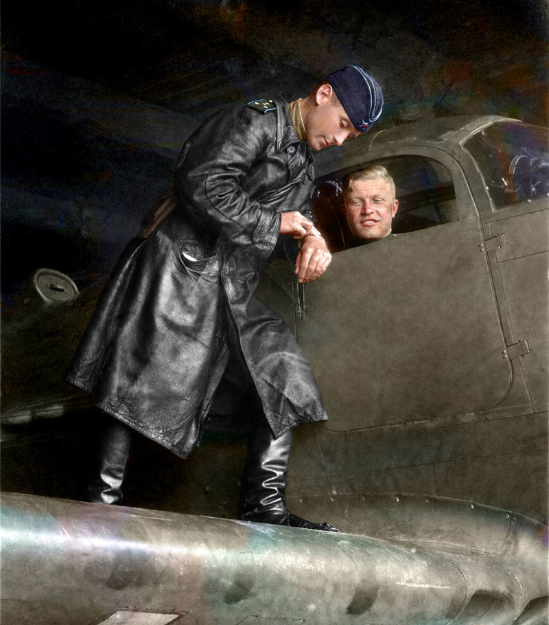 Капитан Александр Пронин и майор Сергей Бухтеев (в кабине) перед вылетом, 1943 год