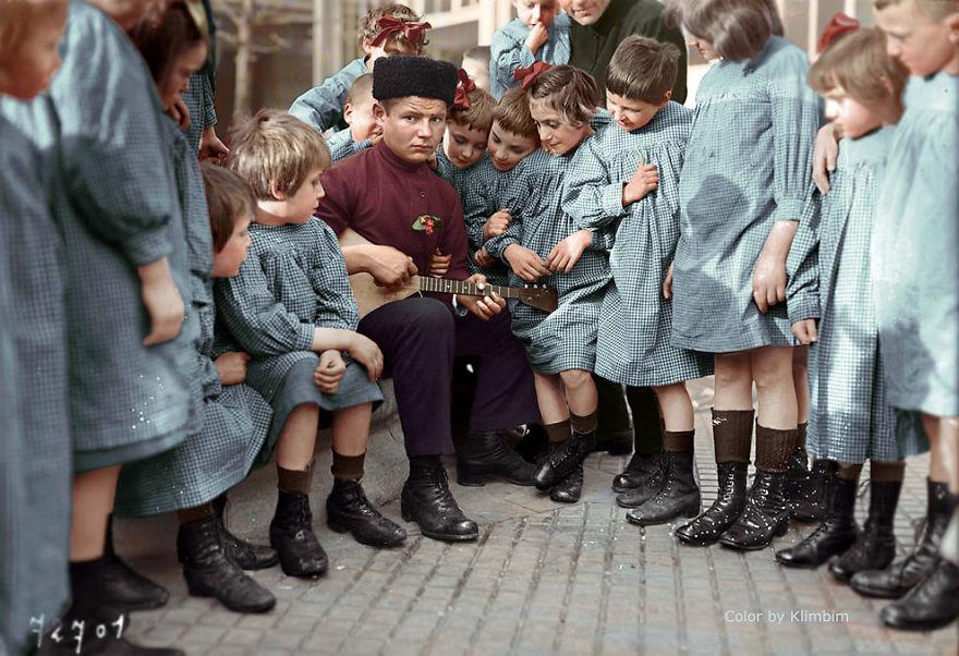Мужчина и советские дети, 1940 год время, россия, фотография, цвет