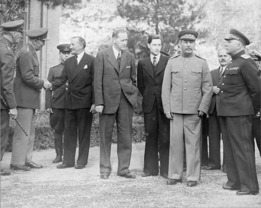 справа от Сталина молодой переводчик Валентин Бережков
