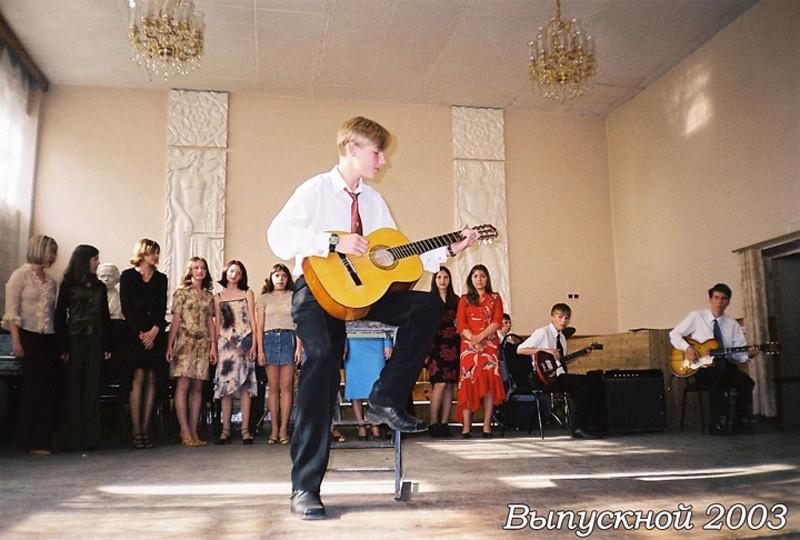muzykant-aleksej-vorobyov-pokoryal-serdca-devushek-odnoj-iz-tulskix-shkol