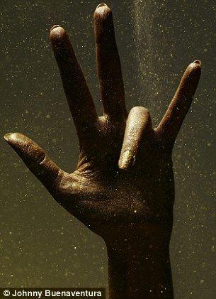 Рука Эшли Ковингтон (Ashly Covington) женищины модели, зарабатывающей своими руками в рекламе