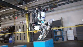 Робот Atlas из Boston Dynamics научился делать сальто