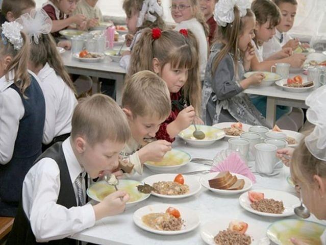 Моя дочка пришла голодная из школы и рассказала: «У мамы Степы денежек же на обед нет, он после нас доедает…»