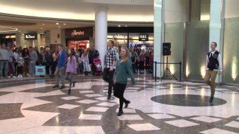 Девушка встала посреди аэропорта и начала танцевать ирландские танцы. Но это было только начало!