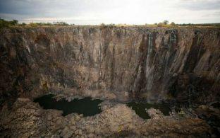 Одна из самых эффектных туристических достопримечательностей Африки - водопад Виктория - практически обмелел