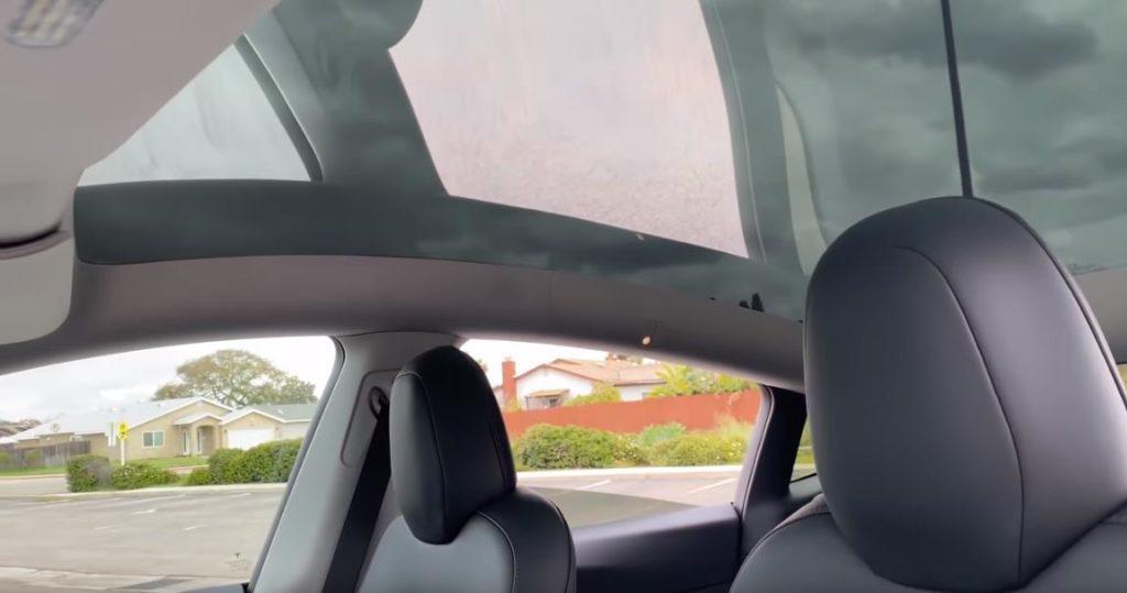 Панорамная крыша в Tesla Model Y