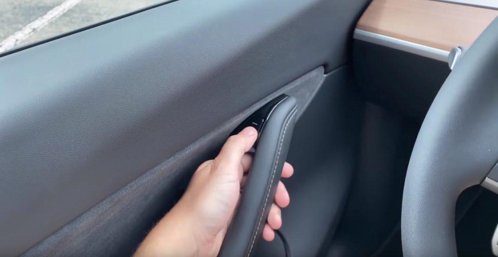 Открывание двери в Tesla Model Y кнопкой на ручке