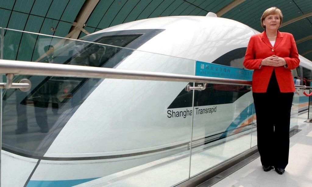 Канцлер Германии Ангела Меркель первой проехала на маглеве TransRapid до Шанхайского аэропорта. Фото: Rolf Vennenbernd/EPA