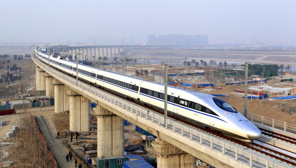 Китайские скоростные поезда на виадуке