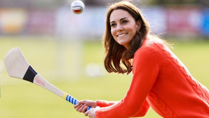 Кейт Мидлтон играет в ирландский футбол. ФОТО: POOL/GLOBALLOOKPRESS