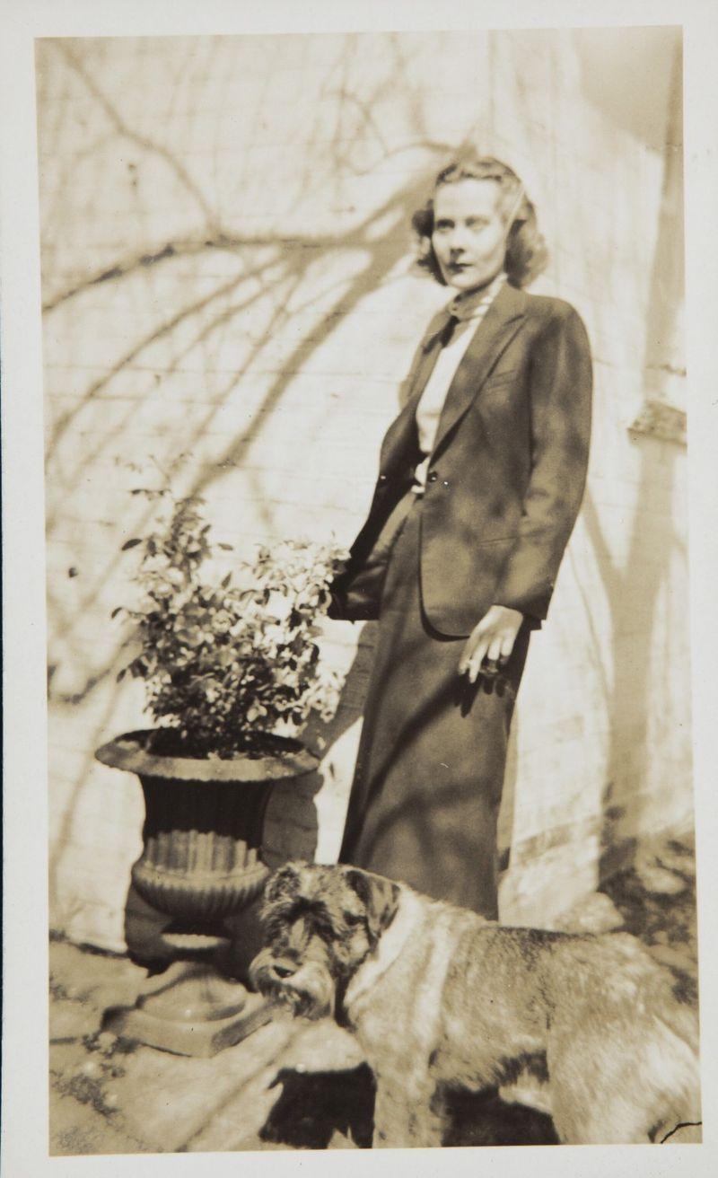 Натали Палей с собакой в поместье Ноэля Коварда