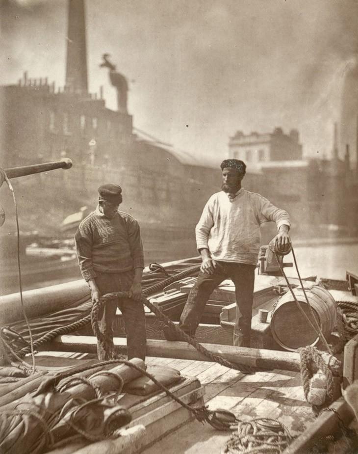 """Рабочие на Silent Highway - """"их прежний престиж исчез, канал, на котором они работают, больше не является главным проездом лондонской жизни и торговли, гладкие тротуары улиц успешно конкурировали со спокойным током Темзы."""""""