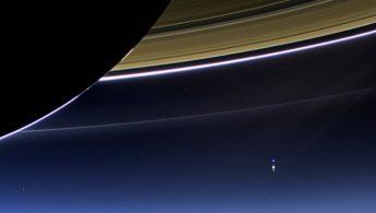 NASA опубликовало фото Земли, вид с колец Сатурна