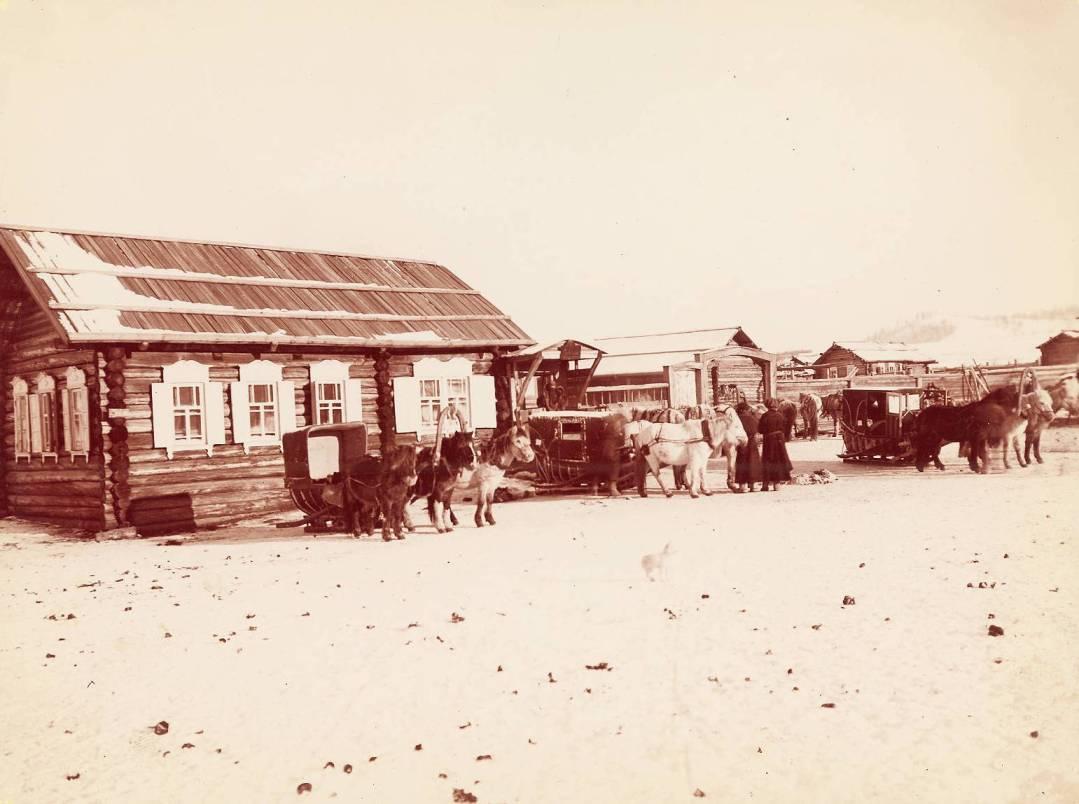 Типичная почтовая станция и экипажи на пути транссибирского путешествия