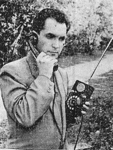 """С таким аппаратом можно было уже разговаивать по телефону на ходу (""""Орловская правда"""", 12, 1961, Фото В. Щербакова. (АПН))"""