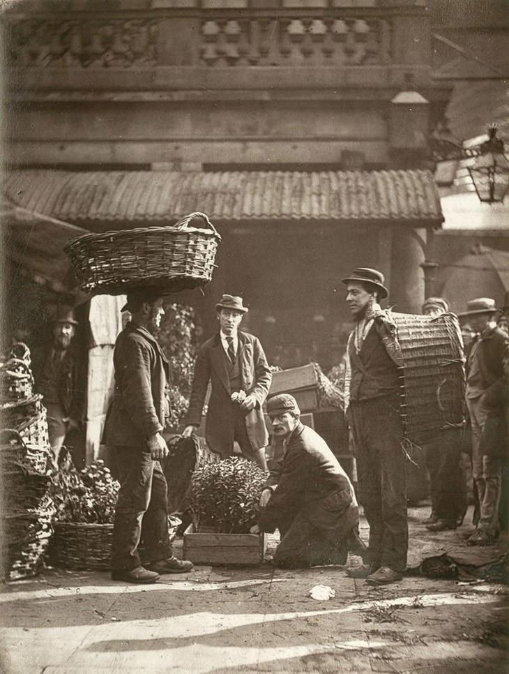"""Чернорабочие на Рынке Ковент Гарден - """"рано утром они собираются на этом пятачке, но скоро будут рассеяны по всем районам столицы, загруженной заводами."""""""