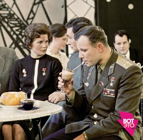 Гагарин пьет коктейль