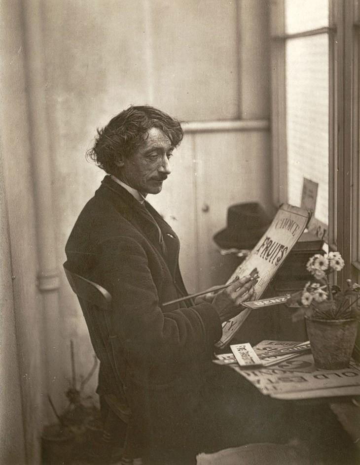 Французский художник - создатель вывесок. (Photo by John Thomson/LSE Digital Library)