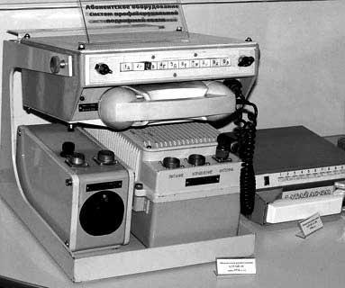 """""""Алтай-1"""" в конце 50-х выглядел более реальным проектом, чем карманные мобильники Первой же общенациональной системой национальной телефонной связи стала советская система «Алтай», введённая в опытную эксплуатацию в 1963 году. Система «Алтай» первоначально работала на частоте 150 МГц, но к 1970 году система «Алтай» работала в 114 городах СССР и для неё был выделен диапазон 330 МГц. В Воронеже эта система действовала до конца 2011 года и была закрыта по экономическим соображениям. до настоящего времени система «Алтай» функционирует в Новосибирске."""