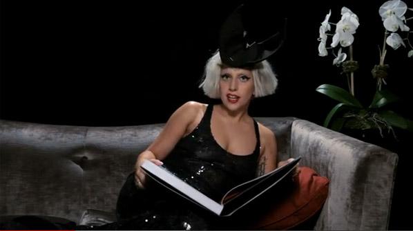 Леди Гага с книгой