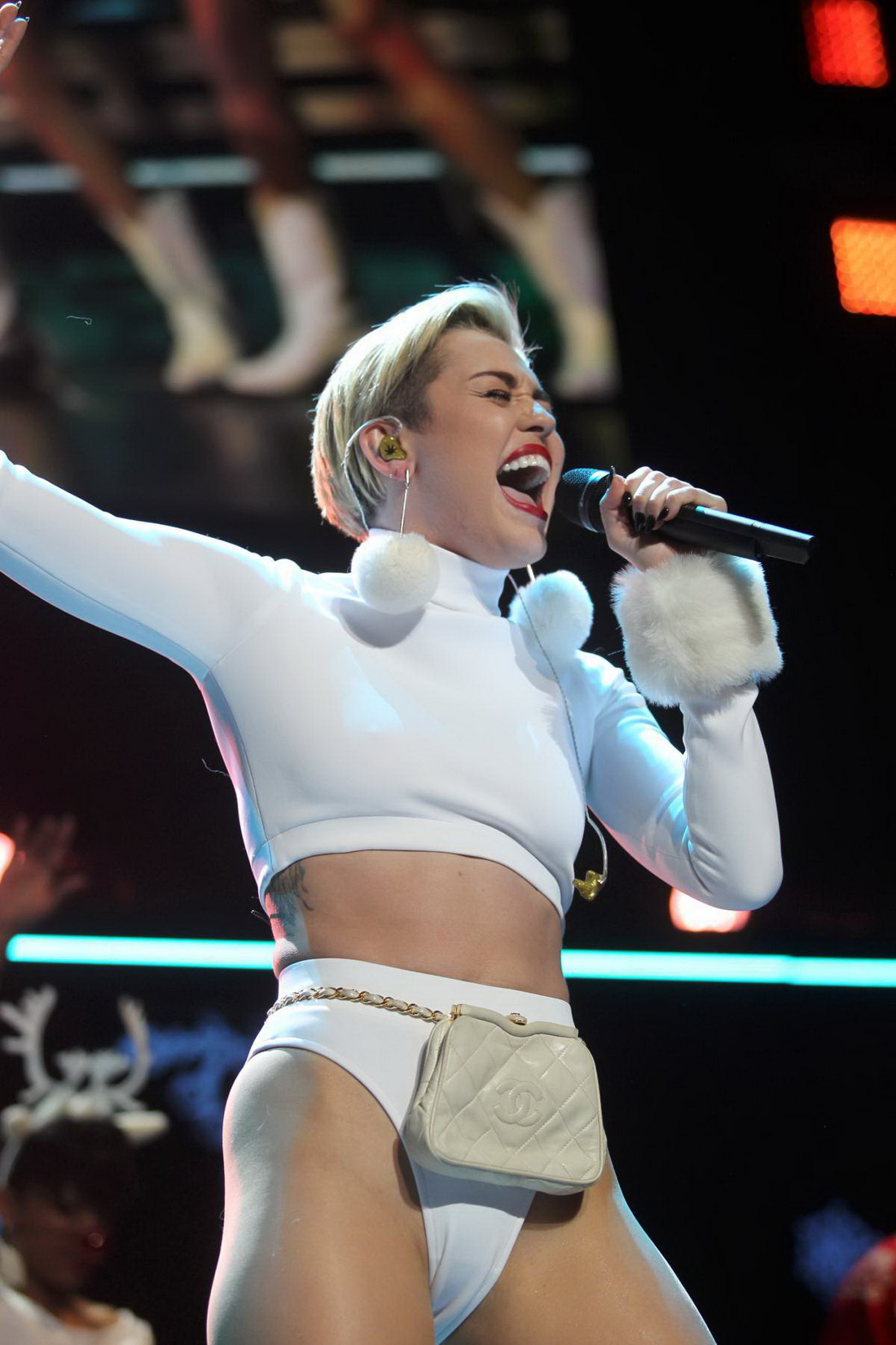 Miley Cyrus – Hot 99.5 Jingle Ball in Washington (27 pics)