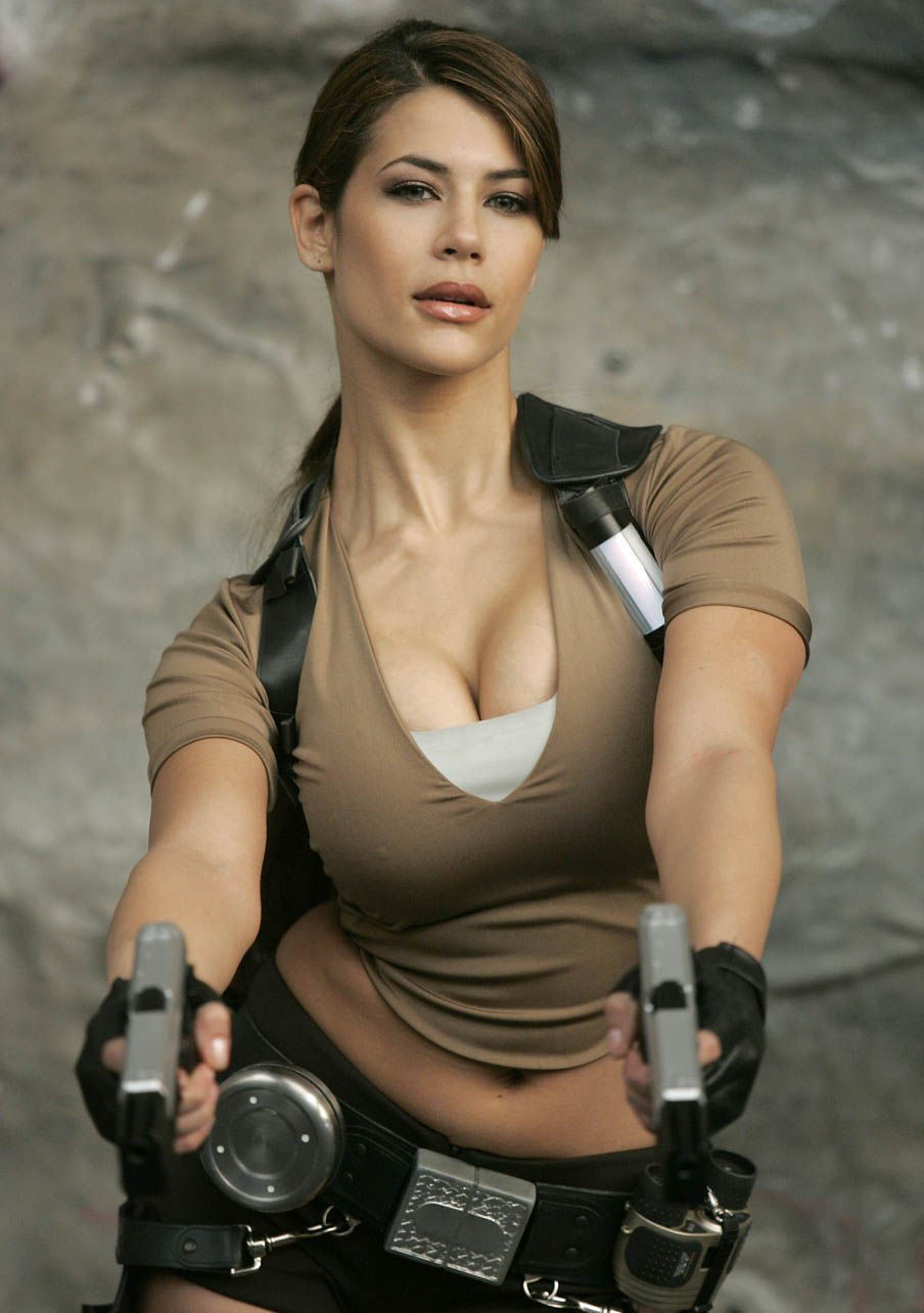 its_all_about_the_boobs_in_lara_croft_cosplay_06
