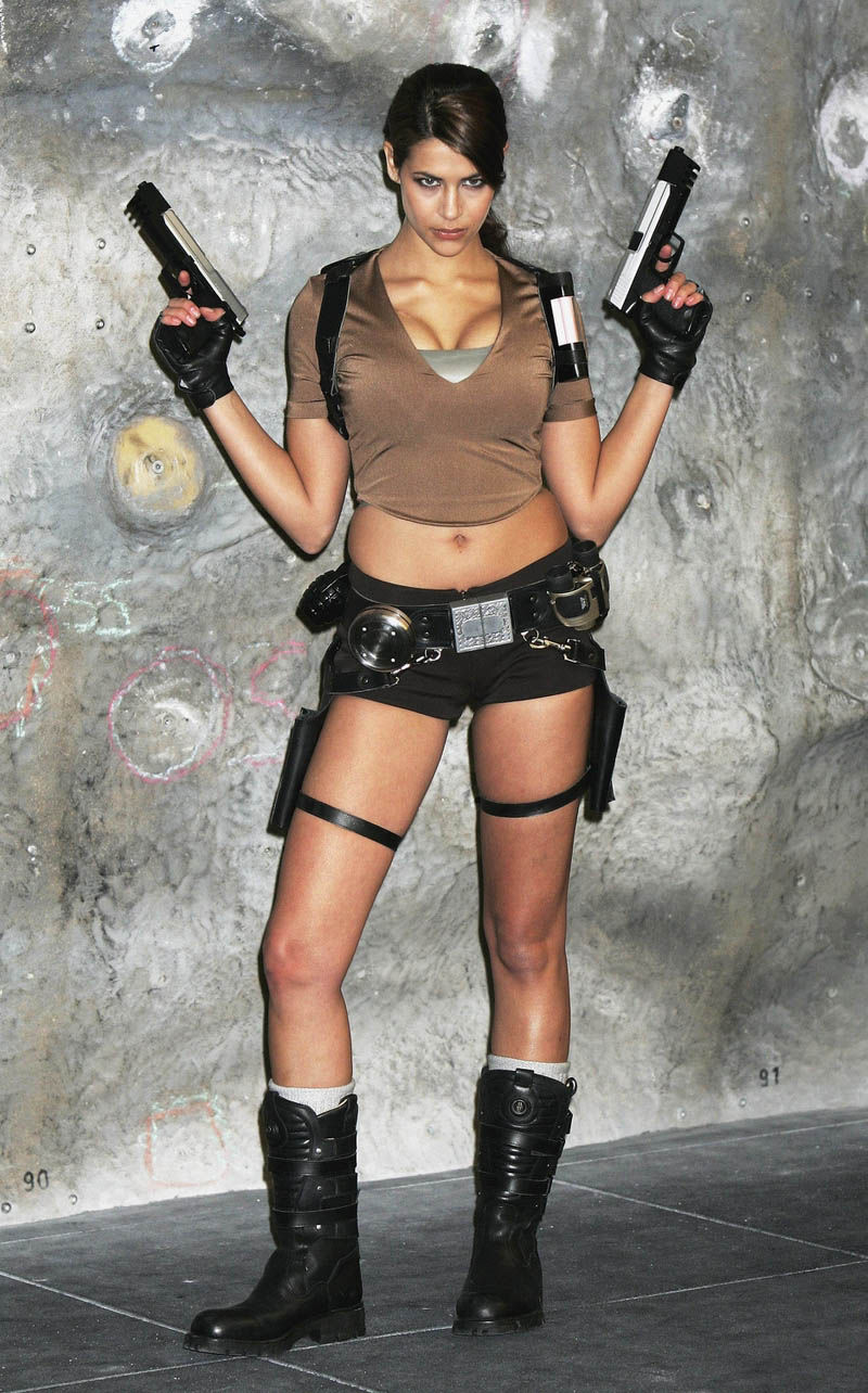 its_all_about_the_boobs_in_lara_croft_cosplay_14
