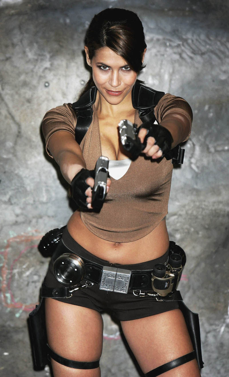 its_all_about_the_boobs_in_lara_croft_cosplay_15