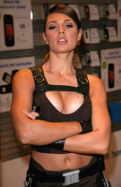 its_all_about_the_boobs_in_lara_croft_cosplay_640_12
