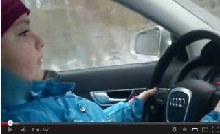 8-летний ребенок управляет Audi на скорости 100 км/ч