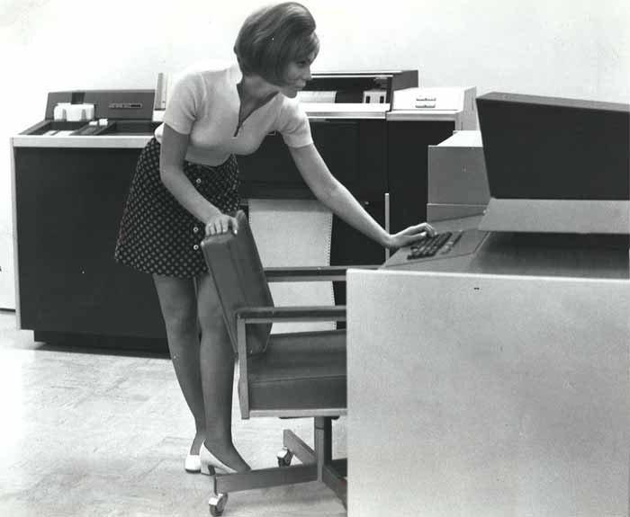 девушка за ректро-компьютером